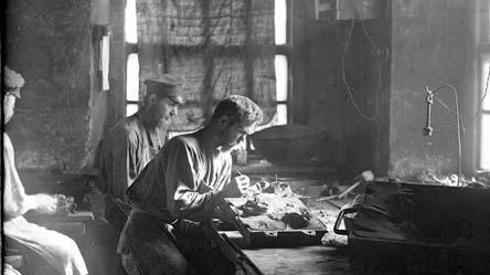 Формовщик в цехе по производству художественных изделий из чугуна, начало ХХ века