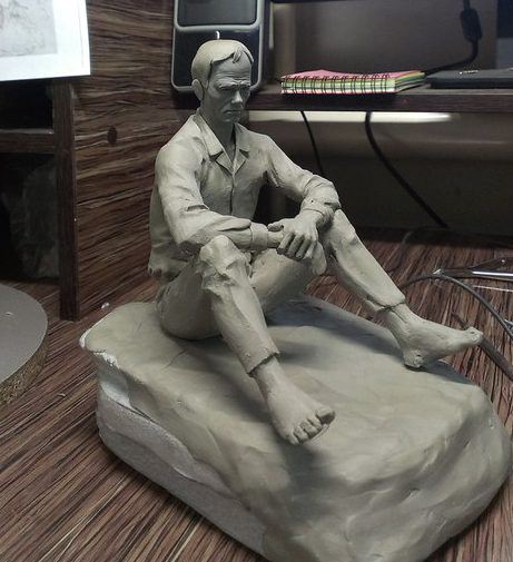 Мастер модель будущей чугунной копии памятника Василию Макаровичу Шукшину на горе Пикет