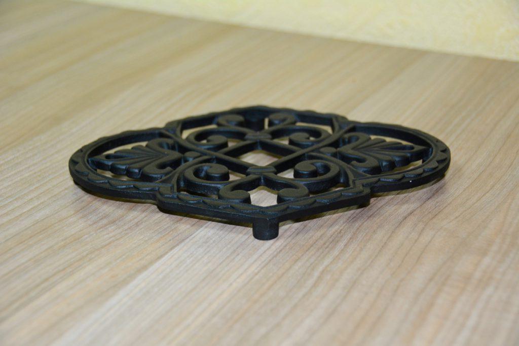 Чугунная подставка под горячее – защита и украшение кухонного стола